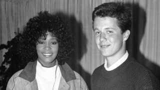 Whitney Houston er også på kronprinsens playliste med nummeret 'How Will I Know'. Her er de fotograferet sammen i Købehavn i 1988.