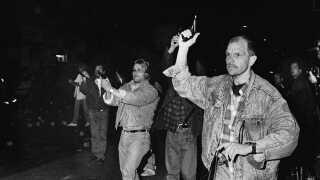 Flemming Sloth har hævet sin pistol for at afgive varselsskud.