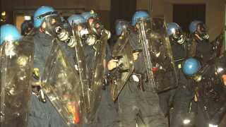 Omkring klokken 00.30 får betjentene på Nørrebro ordre på at trække pistolerne.