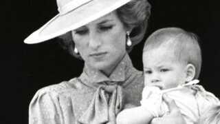 Prins Harry som baby sammen med prinsesse Diana og sin storebror William.