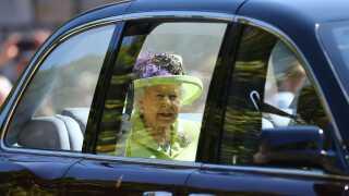 Dronning Elizabeth II var klædt i sart lime med og ankom som en af de sidste gæster til ceremonien i Sankt George's kapel.