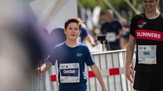 """""""Det var rigtig dejligt at se alle de unge og voksne, der løb med"""", sagde kronprinsparrets ældste søn, 12-årige prins Christian, efter han havde løbet One Mile-distancen med sin mor og sine tre søskende."""