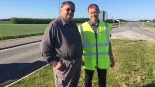 Ivar Sande fra Vejdirektoratet (t.h.) og kasserer i Vittrup Borgerforening, Poul Erik Kammer, er uenige om, hvorvidt flagstængerne i midterrabatten udgør en fare for trafiksikkerheden.