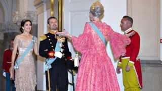 Dronning Margrethe var aftenens vært ved kronprinsens gallataffel på Christiansborg Slot i anledning af kronprinsens 50 års fødselsdag og bød parret velkommen til festen med 360 gæster.