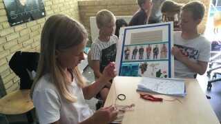 Hver klasse på Dueholmskolen laver plancher, som tilsammen bliver til en hel bog om grundloven.