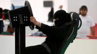 Her prøver en saudiarabisk kvinde en bil-simulator i hovedstaden, Riyadh.