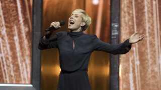TV 2-værten Cecilie Beck synger tv-stationens hyldestsang, som er skrevet af Niels Olsen, til landsholdet.