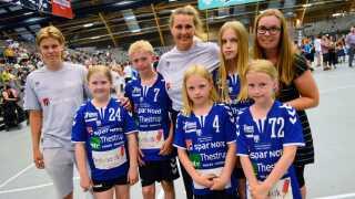 Køge Håndbolds 'Indsats-styrkerne'. Til højre ses Lykke Arent med sine to døtre.