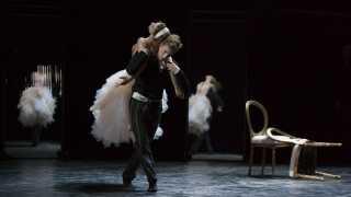Balletdanser Jón Axel Fransson modtager prisen som Årets Danser for sine roller i 'Farlige forbindelser' og 'Spar dame' på Det Kongelige Teater.