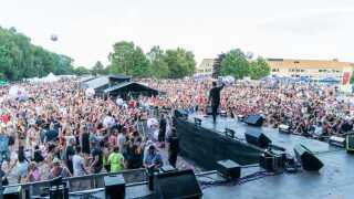 9000 glade gæster sang ivrigt med på Jon Nørgaards giganthit 'Right Here Next To You', da han bragede igennem til Vi elsker 90'erne i Næstved.