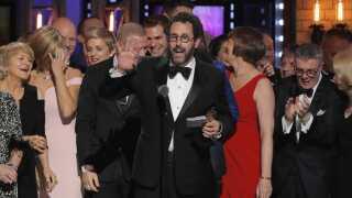 Tony Kushner (i midten) var på scenen, da 'Angels in America' fik en Tony Award.