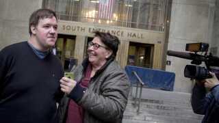 Malthe Thomsen i 2014 med sin mor Brigitte foran retten på Manhattan, efter anklagemyndigheden helt har droppet sagen mod ham. (arkivfoto)
