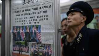 En konduktør læser her dagens avis på en metrostation i Pyongyang.