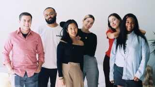 Et billede af holdet bag virksomheden Brud, som blev offentliggjort i april 2018. Trevor McFedries er nummer to fra venstre og Sara Decou er nummer fire fra venstre.