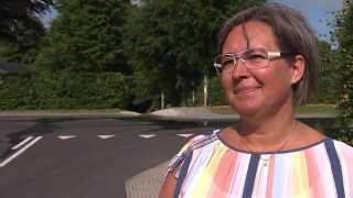 Skolelærer Bettina Sproegel fra Bjergby er glad for den nye vej i byen.