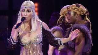 Cher under en koncert i Toronto, Canada, i 2002. Om en måneds tid har hun premiere filmen Mamma Mia 2 og til december åbner en Broadway-musical om hendes liv i New York.