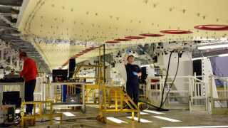 Airbus-koncernen har en fabrik i det nordøstlige Wales. Nu truer flygiganten med at flytte den ud af Storbritannien.