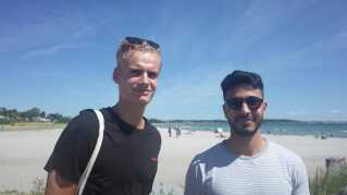 Sebastian og Khalid på 21 år skal på Tinderbox. Hvis vejret stod på skybrud og gråvejr ville der ikke være meget ved det, mener de. (Foto: Christina Nordvang Jensen)