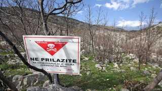 Minerne er endnu ikke fjernet ved Modrici. Her et skilt, der advarer mod miner i området ved Modrici, hvor Luka Modric voksede op. Billedet er fra april 2018.