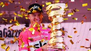 Chris Froome står med trofæet som vinder af årets Giro d'Italia.