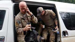 Amerikanske indsatsstyrker er ankommet til grotten, hvor de skal assistere de thailandske myndigheder i redningsaktionen. Thai Navy Seals er oprettet efter amerikansk forbillede.