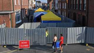 Myndighederne spærrede hele gader af efter episoden i Amesbury, hvor en kvinde senere mistede livet.
