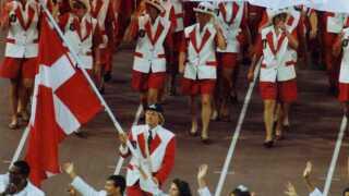 Jørgen Bojsen-Møller bærer fanen ind ved åbningsceremonien til OL i 1992 i Barcelona.