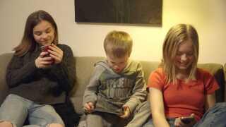 Selvom familiens børn nød, at der ikke var nogle regler for meget skærmtid, de måtte få, så oplevede forældrene, at de blevet mere stresset og fraværende.