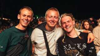 20-årige Frederik Skov, 18-årige Mads Balslev og 19-årige Lukas Nysted fra Skanderborg var helt vilde med attituden hos den amerikanske rapper. Foto: Frederik Højfeldt