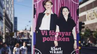 En valgplakat i Stockholm med mangeårig partileder af Feministisk Initiativ, Gudrun Schuman (tv.) Ved siden af hende ses Gita Nabavi, der tiltrådte som assisterende partileder tidligere i år.