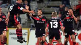 Superliga OB - FC Midtjylland. FC Midtjyllands Thomas Thomasberg (i midten) har scoret til 0-2 og hyldes af blandt andre en flyvende Peter Sand den 16. oktober, 2000 på Odense Stadion.
