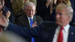 USA's justitsminister, Jeff Sessions, har fået nok af at blive kritiseret af den præsident, som selv indsatte ham.
