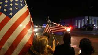I Arizona, hvor han var senator, tog sørgende opstilling for at hylde John McCain, når han passerede i rustvognen.