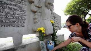 En amerikansk statsborger lægger blomster ved McCain Memorial i Hanoi i Vietnam. Monumentet er opstillet ved den sø, hvor hans fly styrtede ned og han efterfølgende blev taget til fange. John McCain var i vietnamesisk fangenskab i fem år.