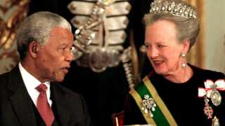 En stor gallamiddag er en del af traditionen, når udenlandske statsoverhoveder er på statsbesøg i Danmark. Som her, hvor dronning Margrethe taler med Sydafrikas daværende præsident Nelson Mandela under hans besøg i Danmark i 1999.