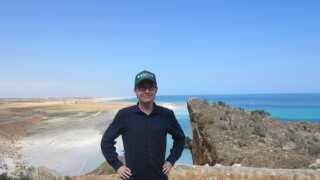 Her er Henrik Jeppesen på den lille øgruppe Socotra, der tilhører Yemen. Han kalder det et fantastisk rejsemål med få turister, da Yemen har været præget af mange års uroligheder.