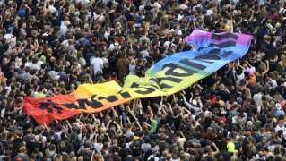 Omkring 65.000 mennesker mødte op til en anti-racisme-koncert i Chemnitz mandag aften.