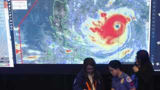 På Filippinerne er myndighederne i højeste beredskab imens Mangkhut nærmer sig øgruppen.
