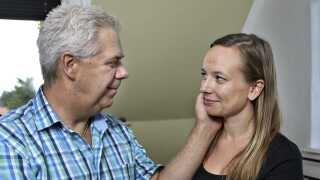 For ti år siden mødte den i dag 30-årige Christina Ranegaard Thomsen den i dag 54-årige Dennis Andre Thomsenden. De forelskede sig, men havde en masse udfordringer ved at 'springe ud' som kærester. De har oplevet råb efter dem på gaden, og familie og venner havde svært ved forholdet i starten. I dag går det meget bedre.