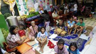 Filippinske landsbyboere har taget ophold i en skole, der er omdannet til et midlertidigt beskyttelsesrum.