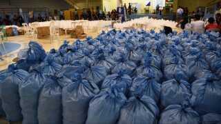 Sække med mad er klar til at blive distribueret til folk, når Mangkhut er drevet forbi. Røde Kors frygter, at tyfonen kan ødelægge høsten og skabe problemer på lang sigt.