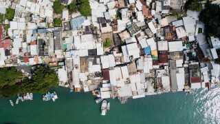 Mange byer ligger ud til vandet og er særligt udsatte for Mangkhuts rasen. Her er det byen Lei Yu Mun.