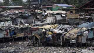 Mange filippinere bor i huse, der er dårligt rustet til at stå imod tyfoner. Alle midler bliver brugt for at sikre husene. Blandt andet ved at lægge dæk og andre tunge genstande på bliktagene for gøre dem mere modstandsdygtige mod vinden.