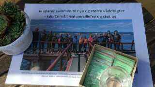 Eleverne på Christiansø er ved at samle penge ind til nye vådedragter, som de bruger, når de skal øve sig i at svømme.