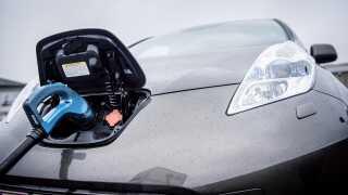 Der bliver ikke solgt ret mange elbiler i øjeblikket i Danmark. I de første seks måneder af 2018 udgjorde grønne biler under to procent af det samlede bilsalg.