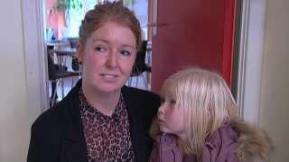 Sara Schnoor skal finde en ny institution til sin datter, Marie, fordi Mariagerfjord Kommune efter planen lukker børnehaven Solstrålen som del af en stor spareøvelse.