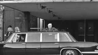 Rejsekongen Simon Spies ankom i stor bil til Radiohuset på Frederiksberg, når han skulle i radioen. Det var han jævnligt i efteråret 1978 - altså for præcis 40 år siden, når der blev sendt 'Spørg bare'.