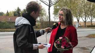 Lone Schmidt snakker med reporter fra P4 Fyn, Lucas Bjerg, efter den glædelige overraskelse