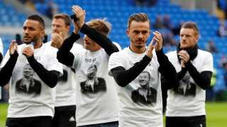 """Alle spillerne bar under opvarmningen en t-shirt med et billede af Vichai Srivaddhanaprabha, hvor der står """"The boss""""."""