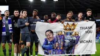 Efter kampen takkede Leicesters spillere deres fans for at tage med og give opbakning i den svære tid.